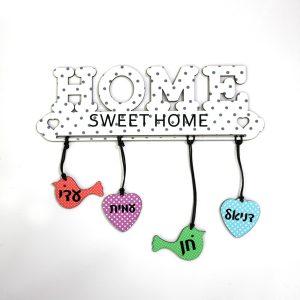שלט לדלת בצורת HOME עם שמות בעיצוב אישי