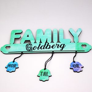 שלט לדלת בצורת FAMILY עם שמות בעיצוב אישי