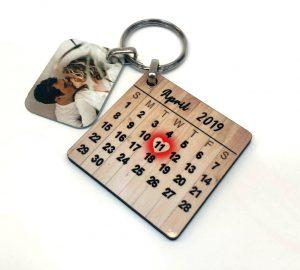 מחזיק מפתחות עץ עם תאריך ותמונה על מתכת
